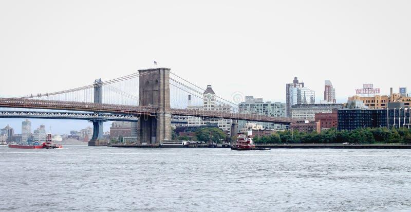 Взгляд зданий Бруклинского моста и портового района в Бруклине от Ист-Ривер стоковая фотография