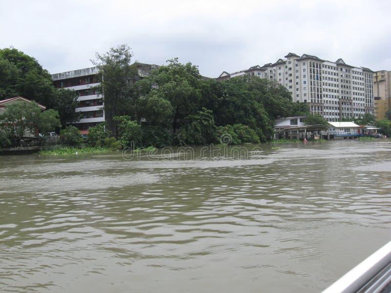 Взгляд зданий и жилых кварталов вдоль реки Pasig, Манилы, Филиппин стоковая фотография rf