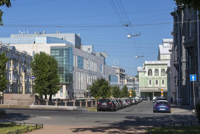 Взгляд здания второго этапа театра Mariinsky на обваловке канала Kryukov в Санкт-Петербурге стоковое фото