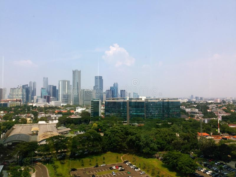 Взгляд здания Джакарты с небом утра голубым Взгляд городского пейзажа Джакарты от rofftop стоковая фотография rf
