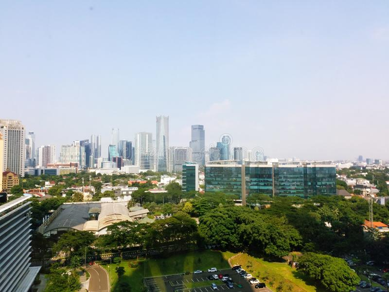 Взгляд здания Джакарты с небом утра голубым Взгляд городского пейзажа Джакарты от rofftop стоковые изображения
