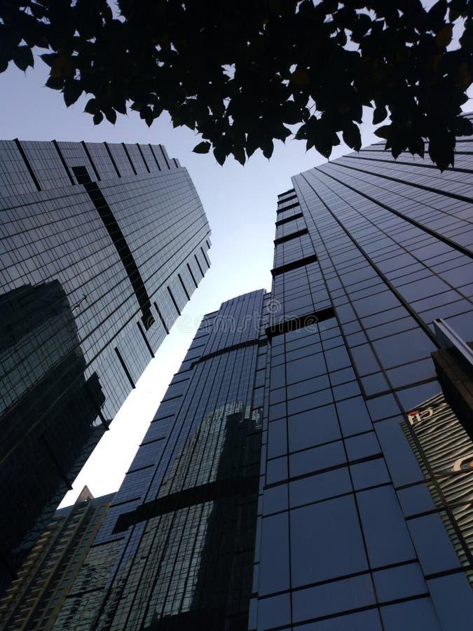 Взгляд здания Джакарты с небом утра голубым Взгляд здания Джакарты низкого угла стоковые изображения rf