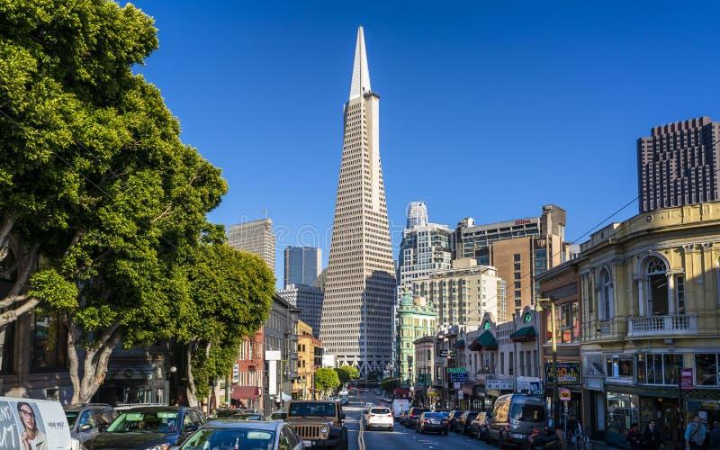 Взгляд здания пирамиды Transamerica на бульваре Колумбус, северном пляже, Сан-Франциско, Калифорния, США, Северной Америке стоковое изображение