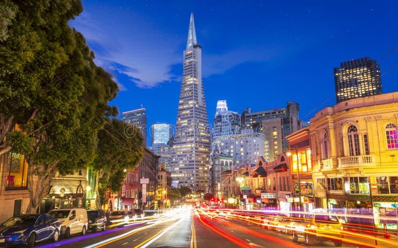 Взгляд здания пирамиды Transamerica на светах следа бульвара и автомобиля Колумбус, Сан-Франциско, Калифорния, США, северных стоковое изображение rf