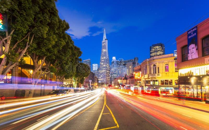 Взгляд здания пирамиды Transamerica на светах следа бульвара и автомобиля Колумбус, Сан-Франциско, Калифорния, США, северных стоковая фотография