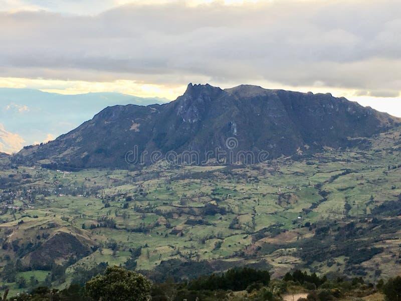 Взгляд зеленого цвета дерева Сан Pablo горы стоковое изображение