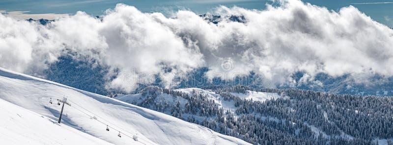 Взгляд зимы гор Кавказ около Krasnaya Polyana, Сочи, России стоковые изображения