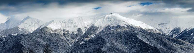 Взгляд зимы гор Кавказ около Krasnaya Polyana, Сочи, России стоковые изображения rf