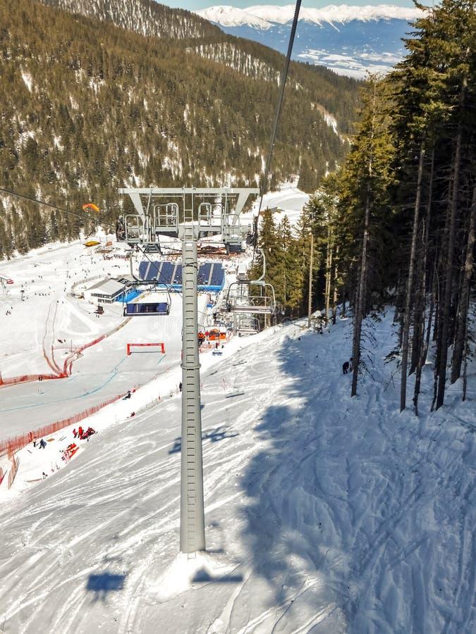 Взгляд зимы лыжного района курорта Bansko, горы Pirin стоковое изображение