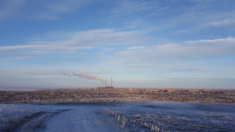 Взгляд зимы маленького города и горы Взгляд маленького города в зиме стоковое изображение
