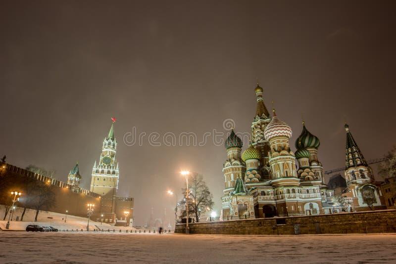 Взгляд зимы ночи панорамы красной площади в снеге на Москве стоковые фотографии rf