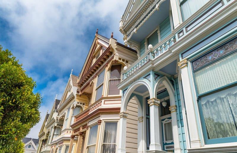 Взгляд известного Сан-Франциско покрасил дам, строки красочного v стоковые фото