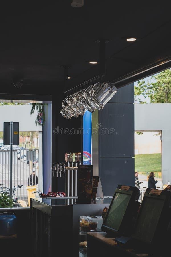 Взгляд изнутри бара на клубе футбола Барселоны стоковое изображение