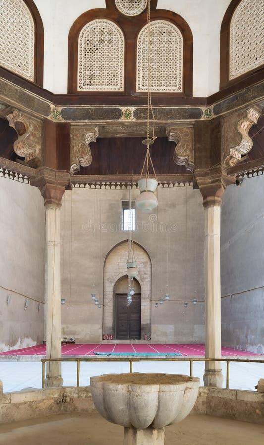 Взгляд изнутри фонтана омовения мечети султана Hasan, Каира, Египта стоковое фото rf