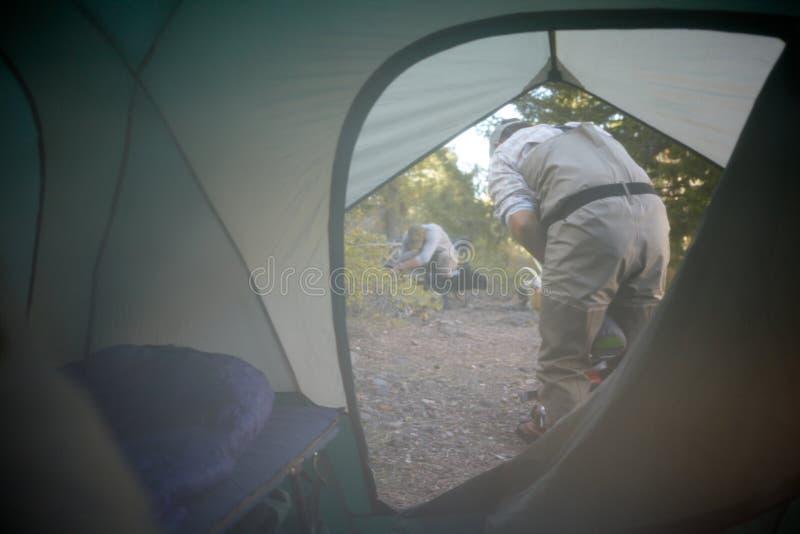 Взгляд изнутри шатра места для лагеря снаружи стоковое изображение rf