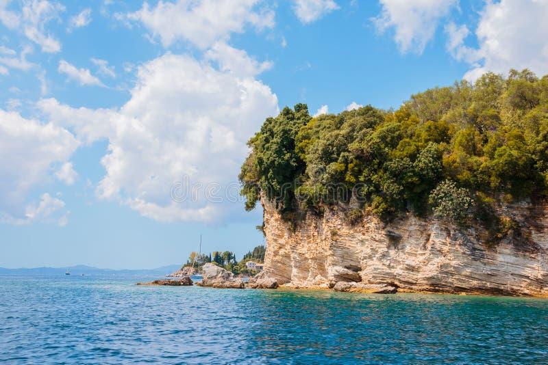 Взгляд изолированного скалистой побережья выровнянного скалой с водами бирюзы на побережье Испании, Греции на солнечный день Кани стоковое фото