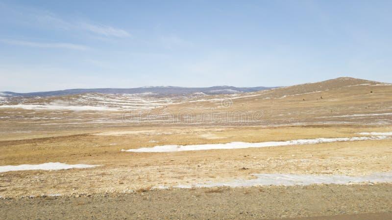 Взгляд из окна автомобиля на взгляде запачканном скоростью на ландшафте Сибиря в области Иркутска России Степи в зиме стоковые изображения rf