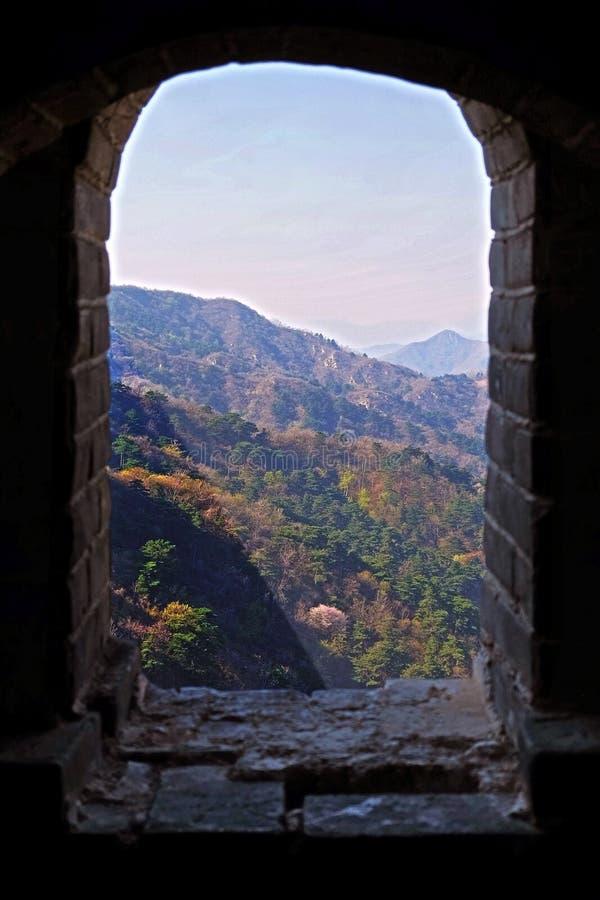 Взгляд из окна башни дозора раздела Mutianyu Великой Китайской Стены Китая, окруженной зеленым и желтым стоковое изображение