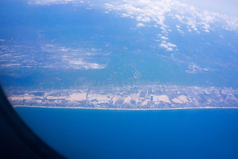 Взгляд из окна воздушных судн в голубом небе стоковое изображение