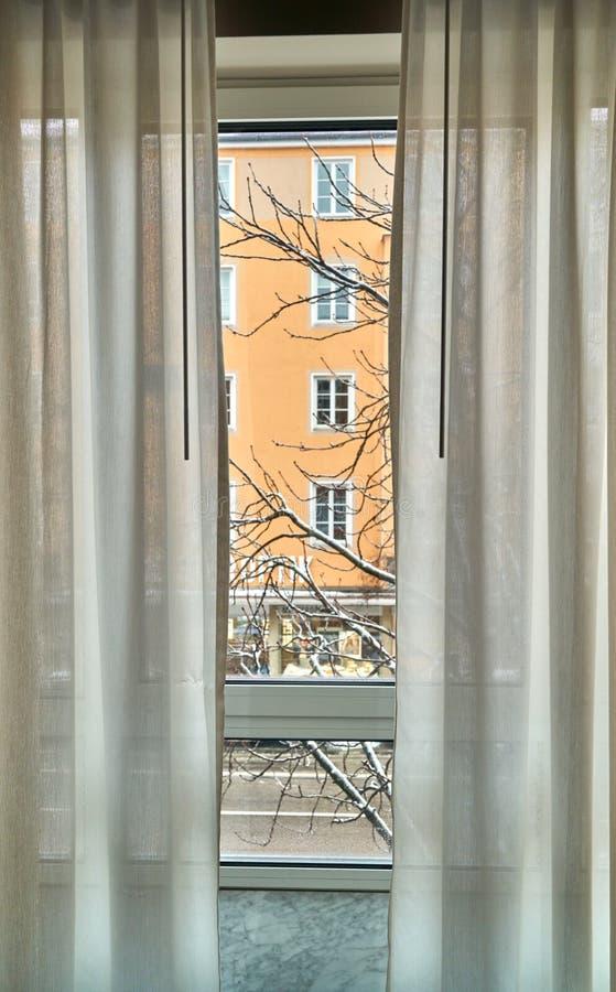Взгляд из окна на городе стоковые фото