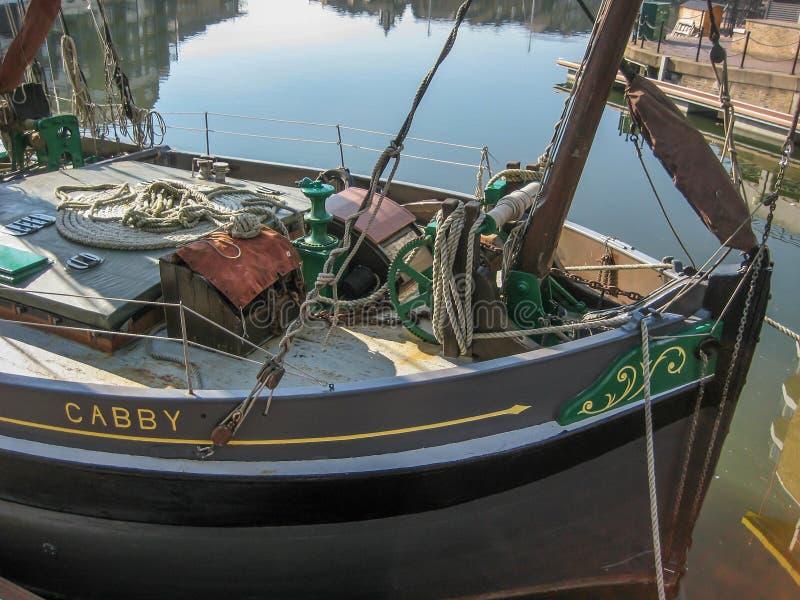 Взгляд интерьера шлюпки, с аксессуарами рыбной ловли и морской стоковая фотография rf