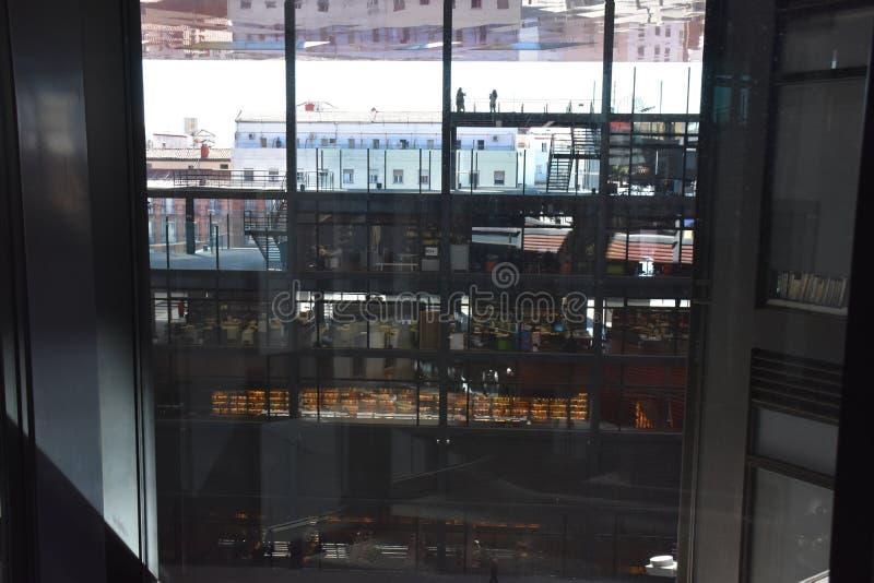 Взгляд интерьеров офисов через стеклянные стены в Мадриде, Испании стоковое фото