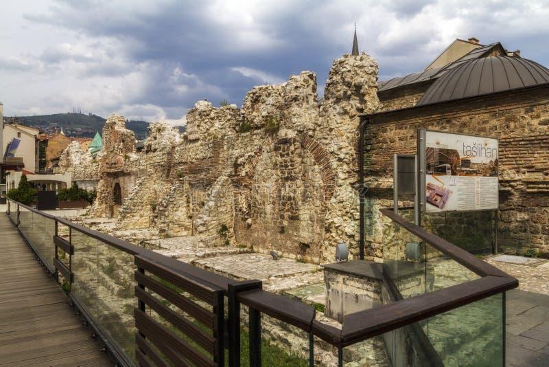 Взгляд исторических руин Taslihan в Сараеве, Боснии и ем стоковое фото rf