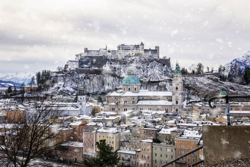 Взгляд исторического города Зальцбурга в зиме стоковые изображения rf