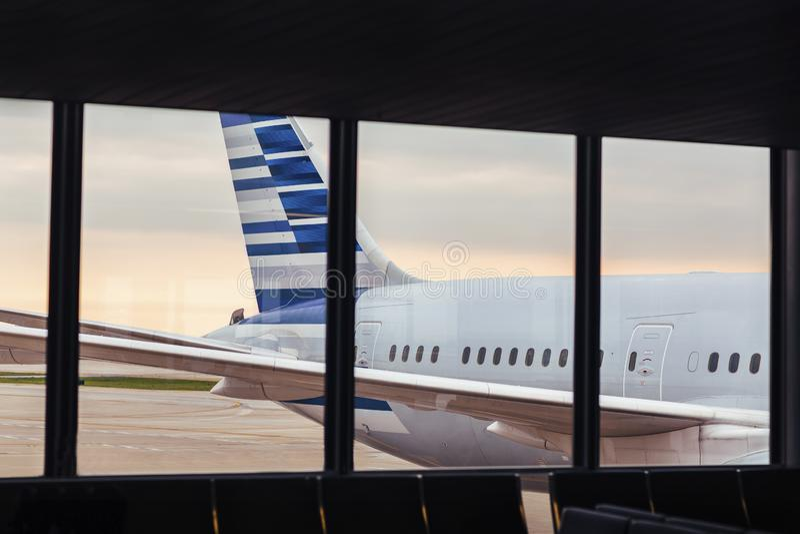 Взгляд кабеля корпуса самолета через окно на авиапорте стоковое изображение rf