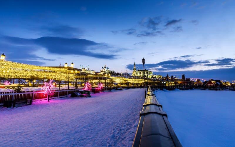 Взгляд Казани Кремля на обваловке реки Kazanka вечером в зиме стоковые фото