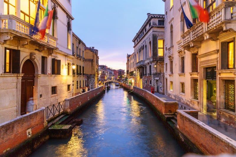 Взгляд канала Рио de S Trovaso вечером Венеция r стоковое фото rf