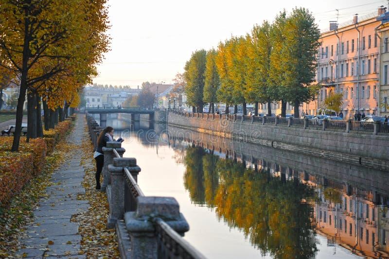 Взгляд канала Kryukov в утре в Санкт-Петербурге стоковое фото