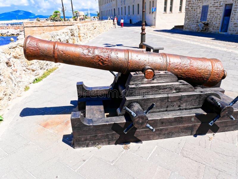 Взгляд карамболя и прогулки на заднем плане в городе Alghero Сардиния, Италия стоковые изображения