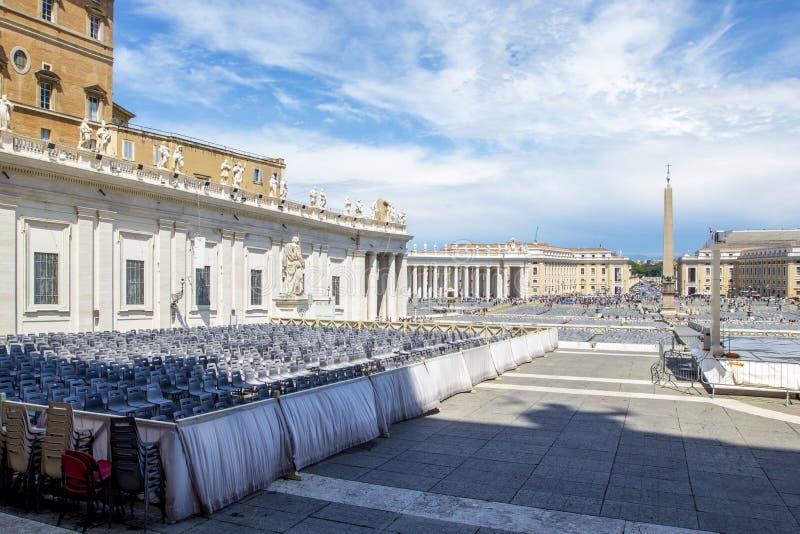 Взгляд квадрата ` s St Peter с полукруглой колоннадой с базиликой ` s аркады Obliqua и St Peter статуй в государстве Ватикан стоковое фото rf