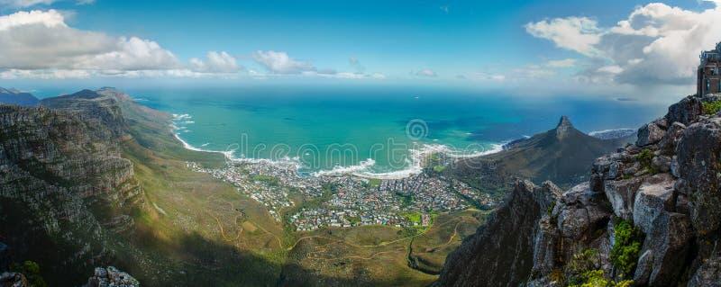 Взгляд Кейптауна от Столовой горы Панорама к Атлантическому океану стоковая фотография rf
