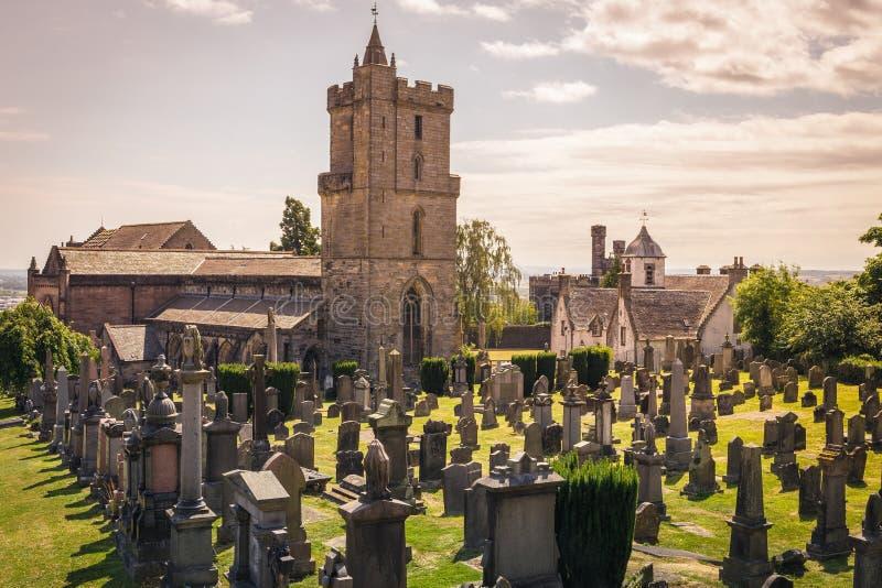 Взгляд кладбища за средневековой церковью святое грубого,  стоковые фото