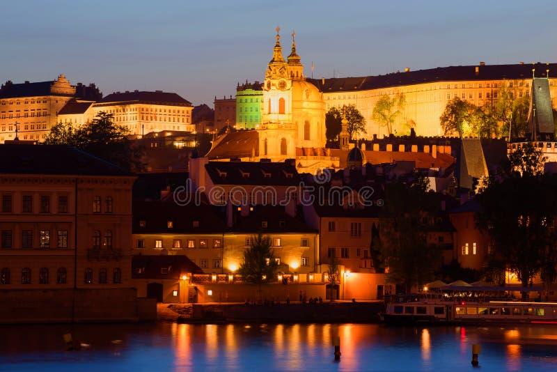 Взгляд колокольни и купола собора St Mikulas вечером апреля Прага, Чешская Республика стоковые изображения rf