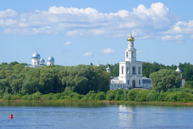 Взгляд колокольни монастыря St. George, солнечный день в июне novgorod Россия veliky стоковые фотографии rf
