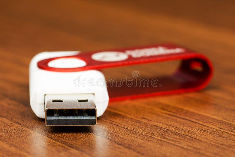 Взгляд конца-вверх белого соединителя привода вспышки USB с красной крышкой стоковые изображения