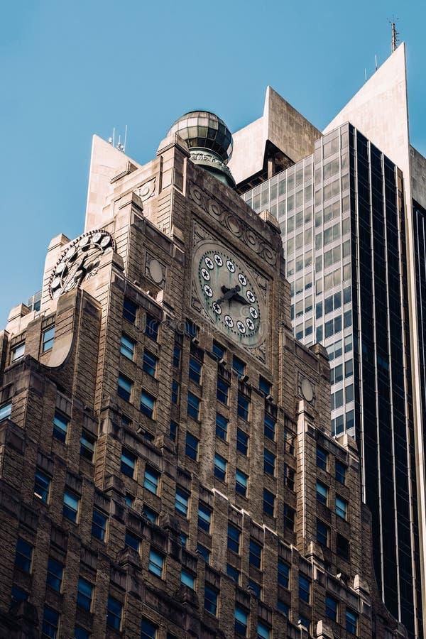 Взгляд конца-вверх здания Paramount в центре города Манхэттене Нью-Йорке стоковые изображения rf