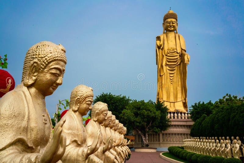 Взгляд конца-вверх золотой статуи Будды и гигантского большого sta Будды стоковые фото
