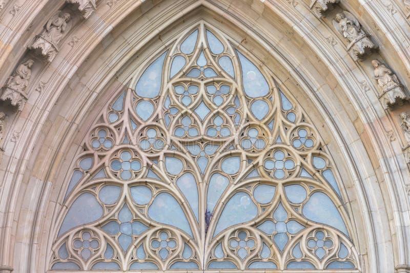 Взгляд конца-вверх к архитектурноакустической детали окна церков розового в соборе Барселоны в готическом квартале стоковое изображение rf