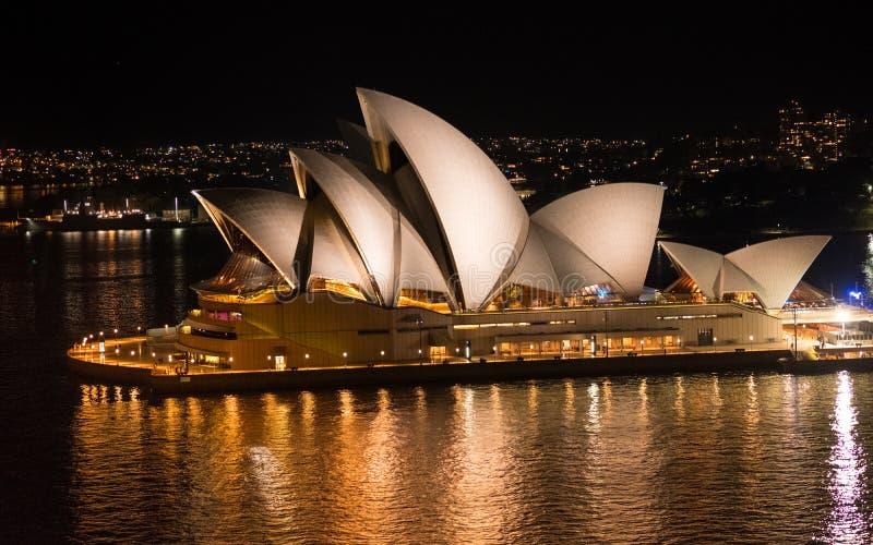 Взгляд конца-вверх оперного театра Сиднея на ноче стоковое фото rf