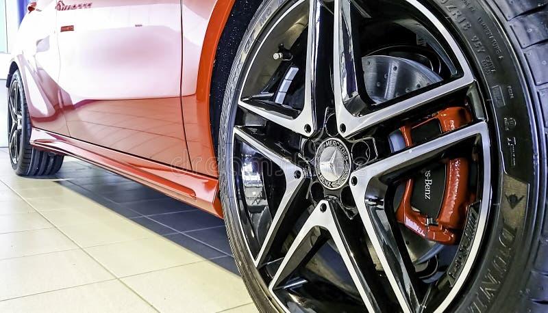 Взгляд конца-вверх переднего колеса сплава красного спорта AMG Benz A250 Мерседес стоковая фотография rf