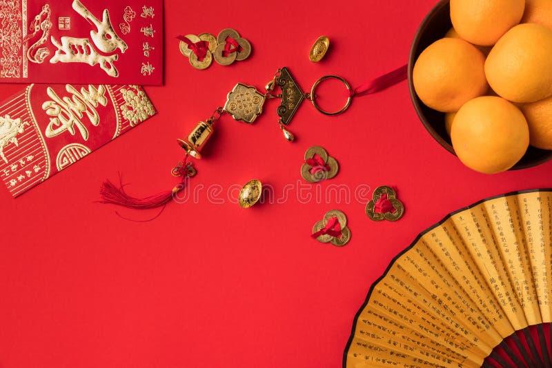взгляд конца-вверх поздравительных открыток вентилятора с украшениями и мандаринами каллиграфии восточными стоковое изображение rf