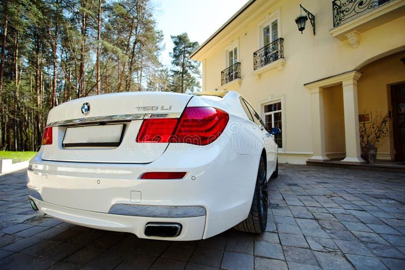 Взгляд конца-вверх современного роскошного автомобиля BMW 750Li XDrive задний задний припаркованный на каменной вымощенной стоянк стоковое изображение