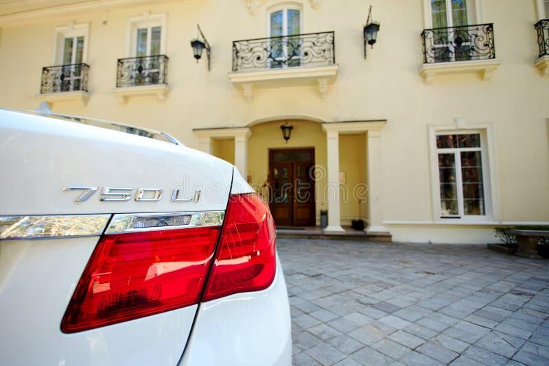 Взгляд конца-вверх современного роскошного автомобиля BMW 750Li XDrive задний задний со светом кабеля припаркованным на каменной  стоковые изображения