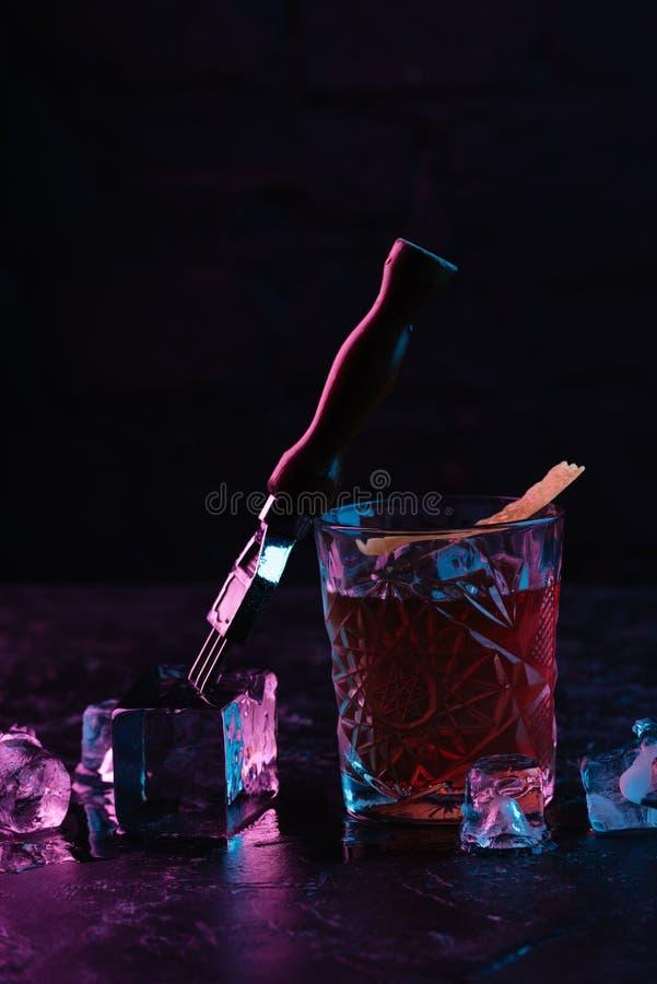 взгляд конца-вверх стекла с очень вкусным спиртным более boulevardier коктеилем стоковое фото