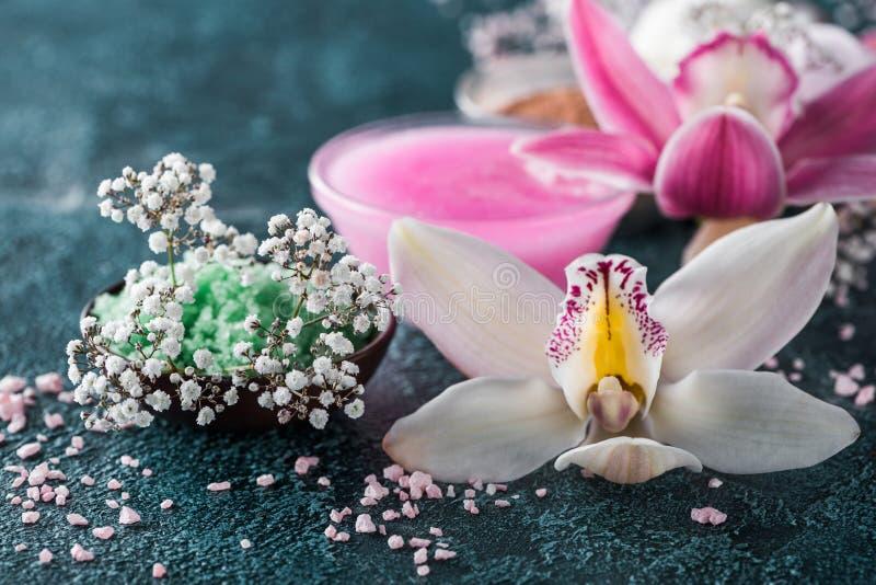 взгляд конца-вверх цветков красивых орхидей небольших белых и соли моря стоковые изображения