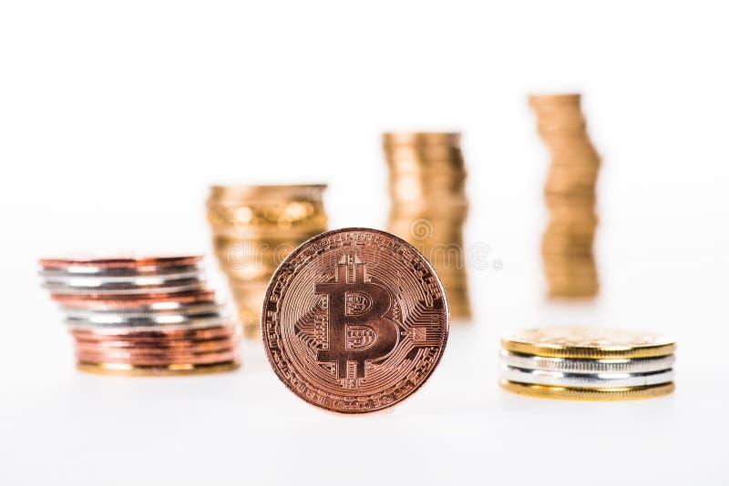 взгляд конца-вверх bitcoin и штабелированных монеток стоковые фотографии rf